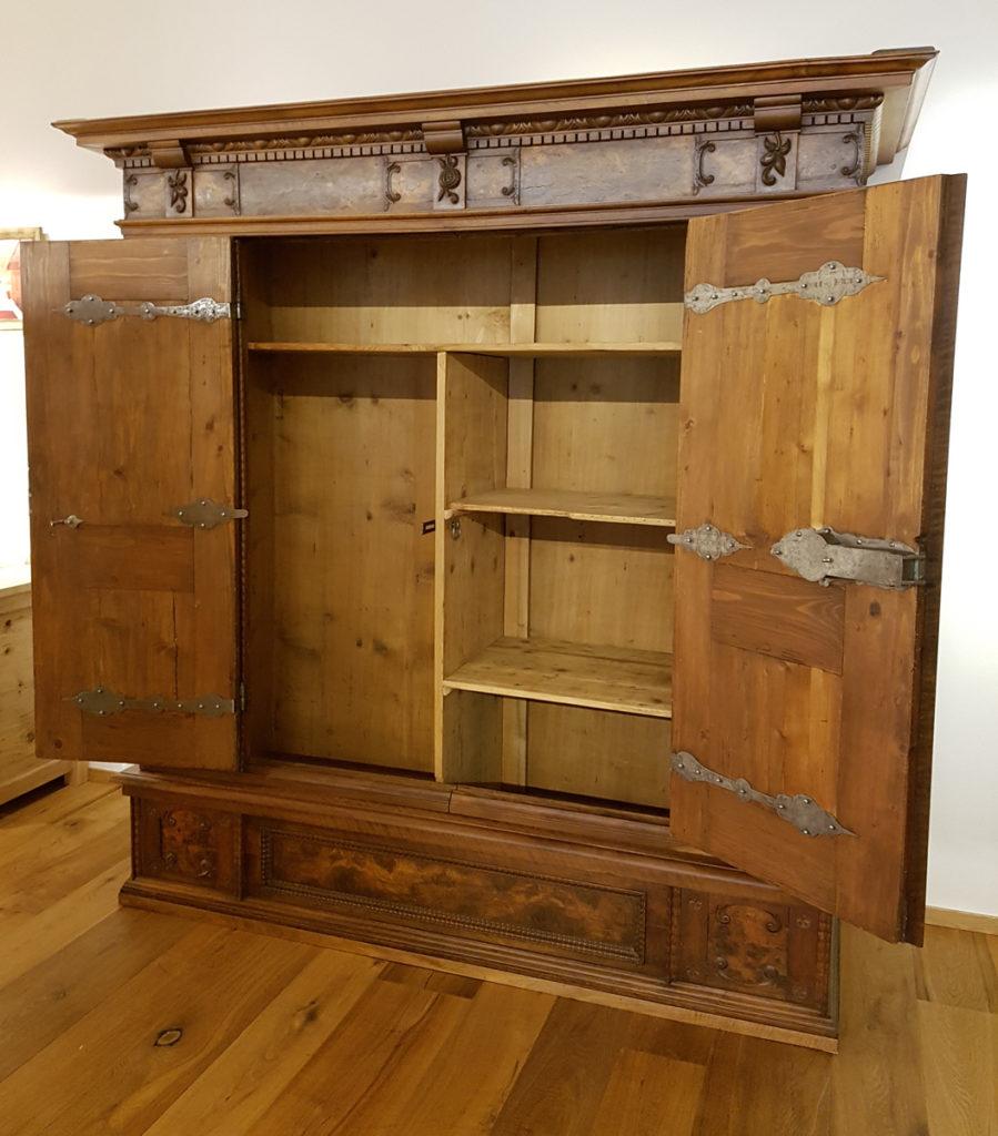 Antiker Schrank aus hochwertigem Nussbaumholz zu verkaufen ...